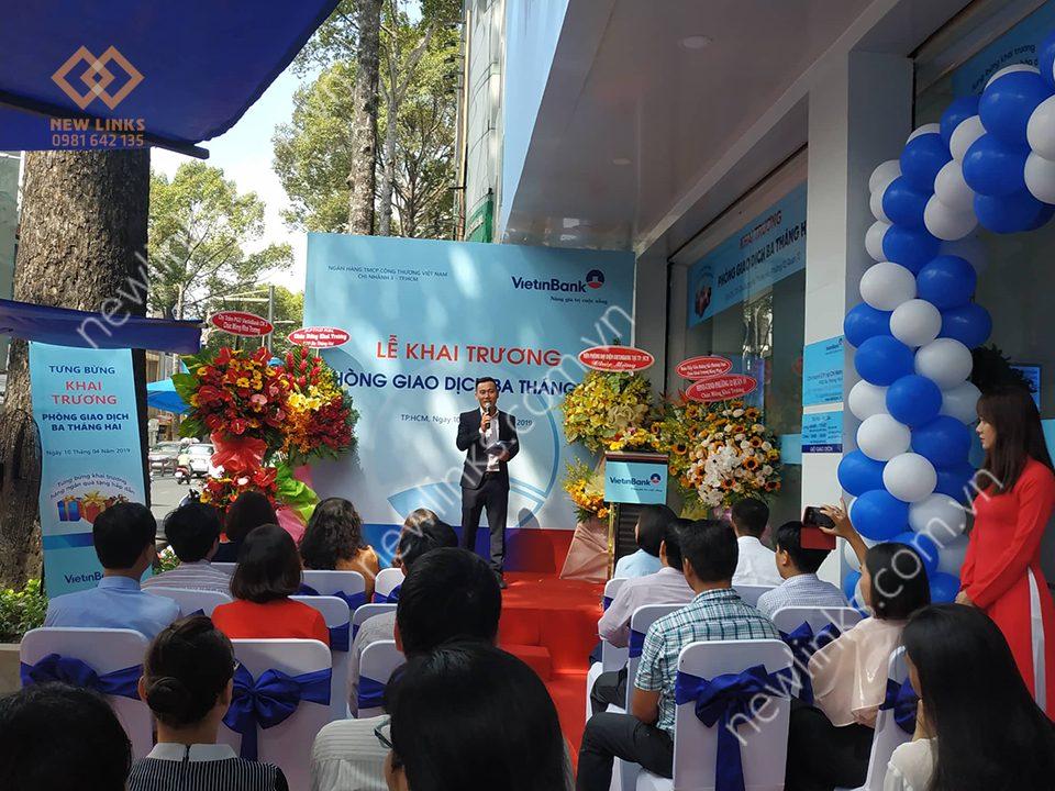 Lễ khai trương ngân hàng - MC nội bộ thực hiện chương trình